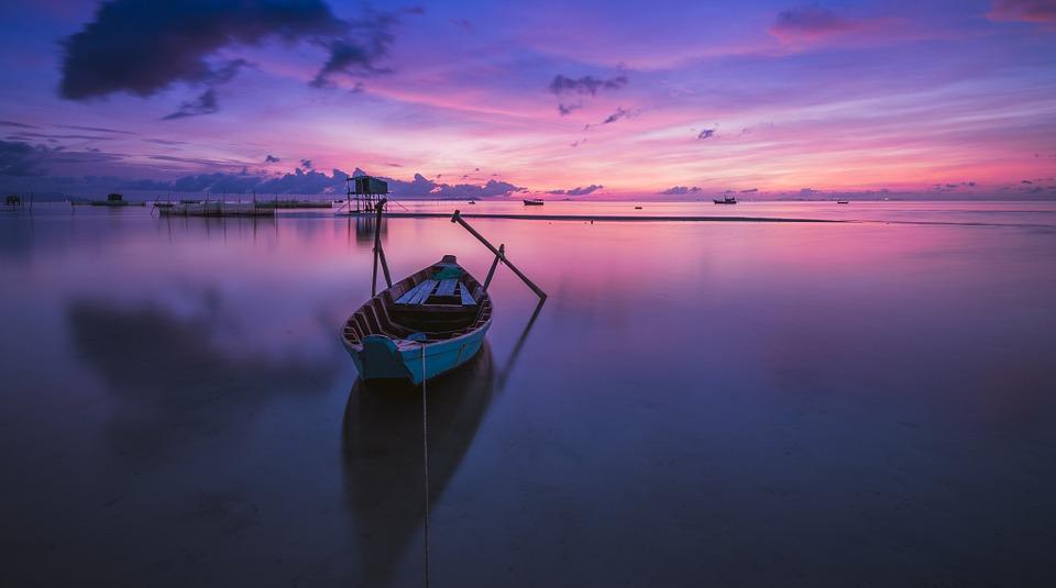 člun na vodě