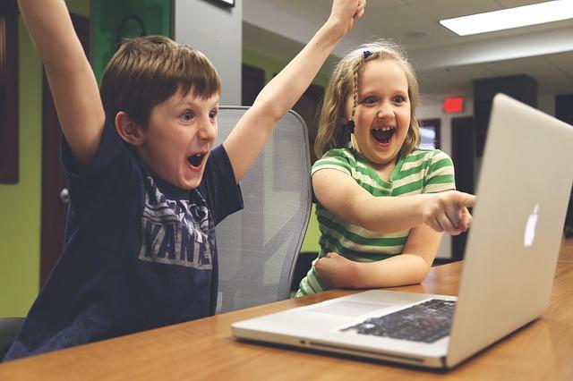 Děti hrající na počítačí
