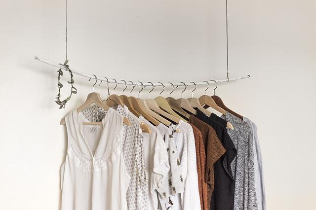 oblečení na ramínkách.jpg