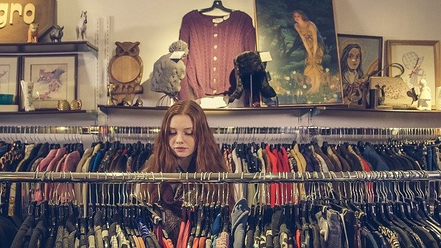 žena vybírající oblečení.jpg