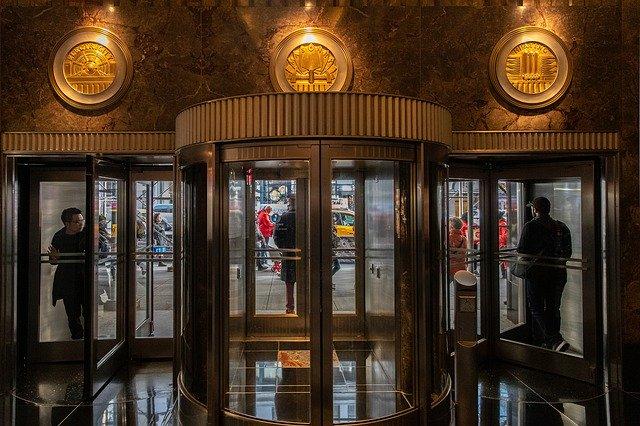 skleněné dveře obchodního domu